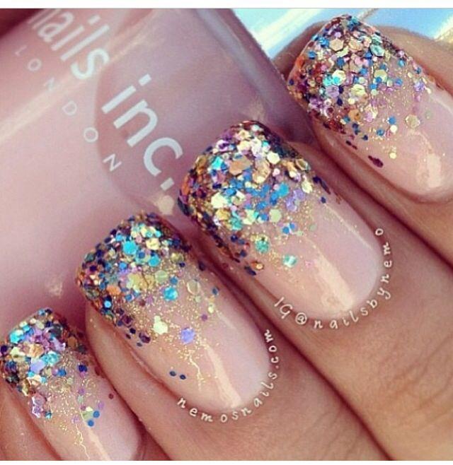 las uñas con brillos se ven hermosas sin duda alguna