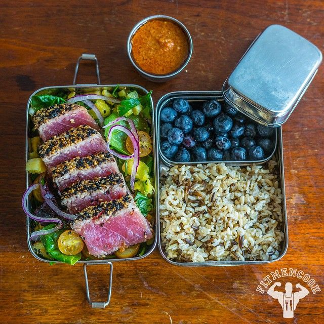 I just shared this sesame crusted ahi tuna on SnapChat (@fitmencook)! 😁🙌 I did a walkthrough for those that asked about how to make the tuna I posted last week. I'll also post it soon to FitMenCook.com. (traduccion abajo) Today's #lunchbox: sesame crusted ahi tuna with mixed greens, onions, tomatoes & pineapple + brown basmati rice mixed with wild rice cooked in low sodium chicken broth + blueberries. Lunchbox: from @ecolunchbox, one of my favorites! Boom. Acabo de compartir esta receta…