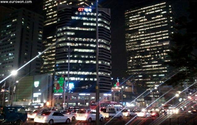 Gangnam, el distrito financiero de Seúl, visto de noche.
