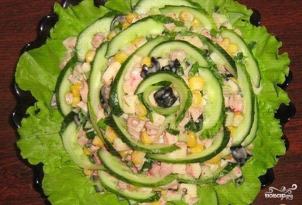 Салат состоит из мяса, овощей и сыра, благодаря чему он сытный, питательный и в тоже время легкий. Готовится очень просто: отвариваем мясо, нарезаем все составляющие кубиком и перемешиваем майонезом, что может быть еще проще. Его можно приготовить как на праздничный стол, так и просто к ужину. Ингредиенты: Филе курицы —200Грамм Моцарелла—200Грамм Огурец —2Штуки Лук зеленый