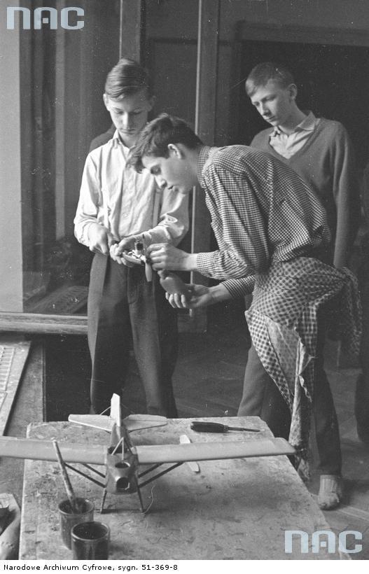 Chłopcy w pracowni modelarstwa lotniczego podczas zajęć , 1961