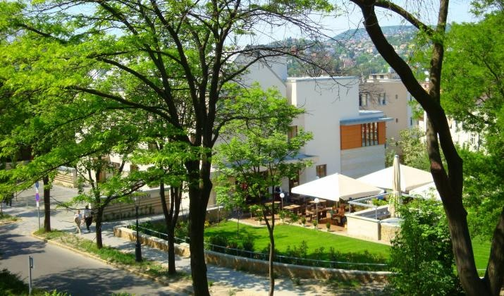 Castle Garden is a 4-star hotel, conveniently located in Budapest city center at the main tourist attraction of Buda Castle.  http://www.guestus.com/EN/Europe/Hungary/Budapest/Budapest/Hotels/Hotel-Castle-Garden/