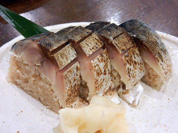 北千住で鯖を食べたくなったら「ごっつり」(東京都足立区千住2-31)です。「八戸前沖さば」の県外PRショップで、北千住にもう1店舗、南千住にももう1店舗展開中です。こちらで人気の「八戸前沖さば」は、関サバや金華サバに負けていないブランド鯖。鯖串や鯖棒寿司、鯖とろろ飯を堪能できます。ほそいあやさんによると「人生で食べたサバの中では確実に1位」とのこと。他にも味噌漬けサバ、漬けサバ、〆サバ・冷燻仕立て・サバのリエットをいただいたそうです。鯖好きなら行ってみたいお店ですね。(北千住のグルメ・居酒屋)