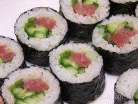 Суши-роллы с тунцом, огурцом и луком