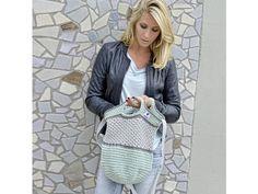 Hier finden Sie unsere kostenlose Häkelanleitung für die lässige Häkeltasche von myboshi. Häkeln Sie die praktische Tasche einfach zu Hause nach!