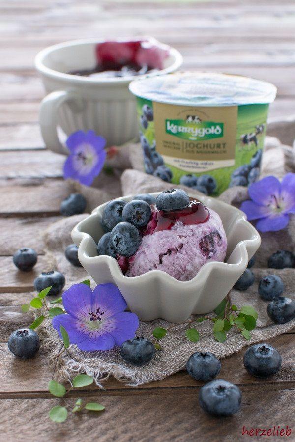 Eis Rezepte: Bei diesem Heidelbeer-Joghurt-Eis mit Mascarpone und Blaubeer-Grütze ist die geheime Zutat der Zimt - das passt dann auch mit Kuscheldecke und warmen Kaffee! Das Rezept gibt es auf herzelieb Der Beitrag auf dem Blog enthält Werbung für #Kerrygold Joghurt, Blaubeeren und eine Prise Liebe!  #foodblog #foodblogger #blogger