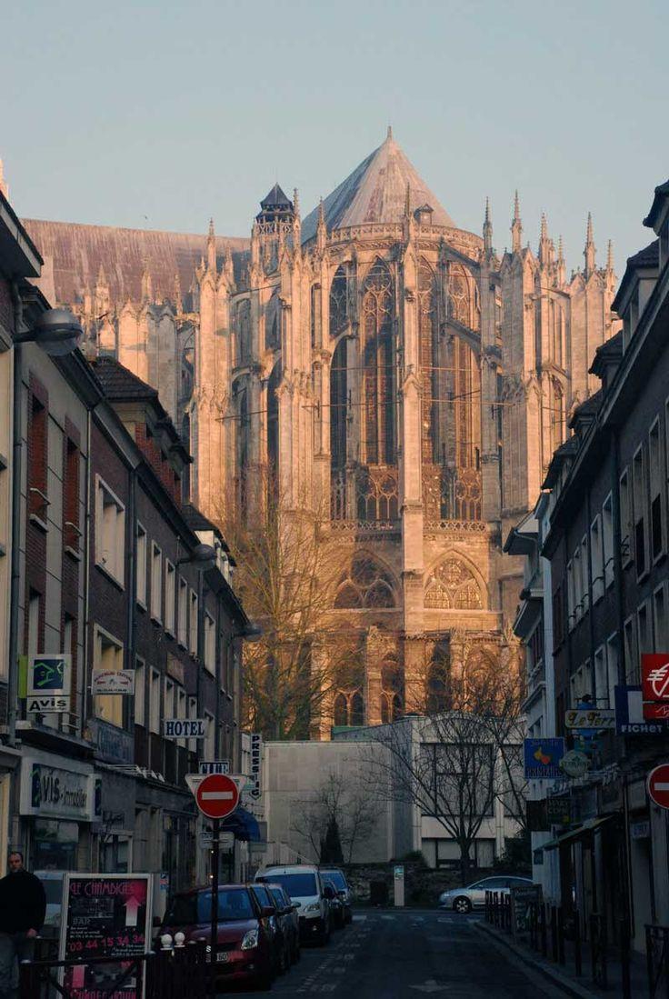 Catedral Católica de San Pedro de Beauvais, Francia. De arquitectura Gótica, esta construcción está inconclusa, ya que sólo se terminaron el crucero, el coro y el ábside, formado por siete capillas absidiales y Goroka.