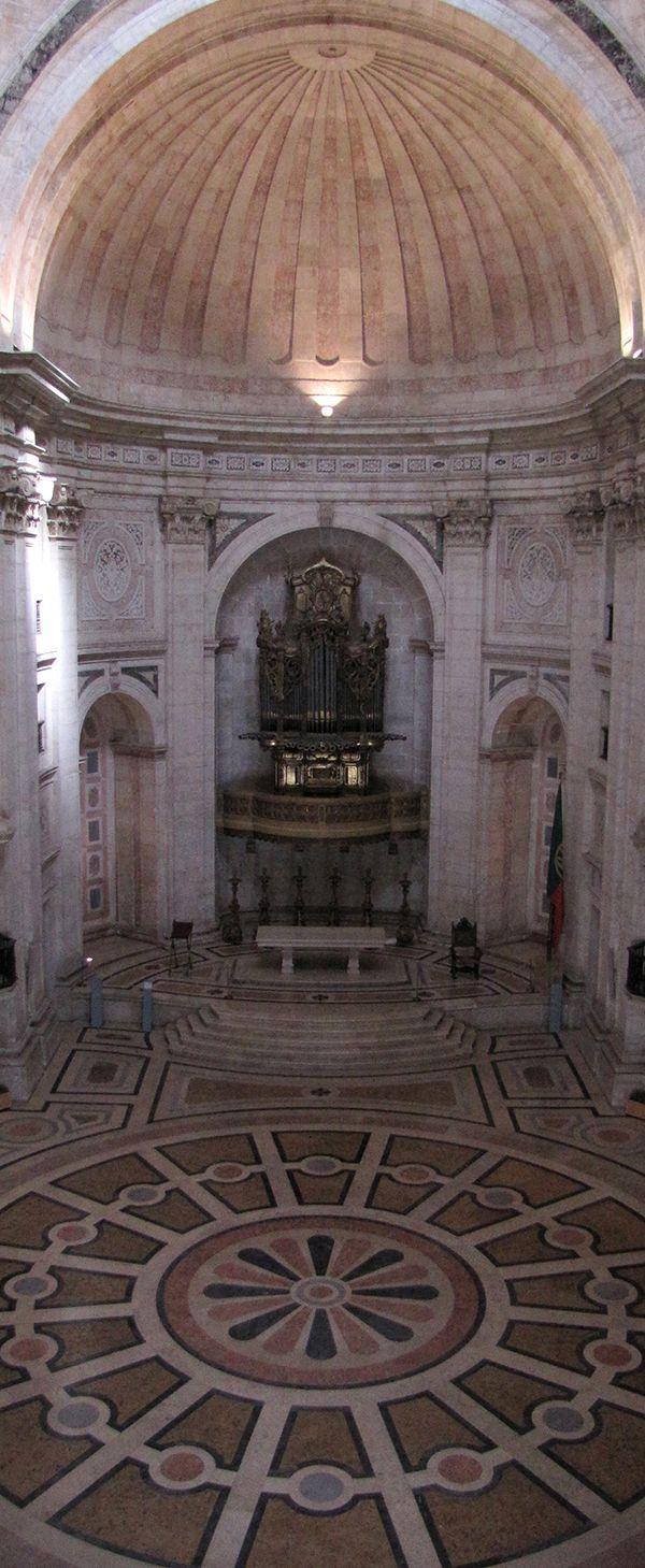 Interior do Panteão Nacional ou igreja de Santa Engrácia.