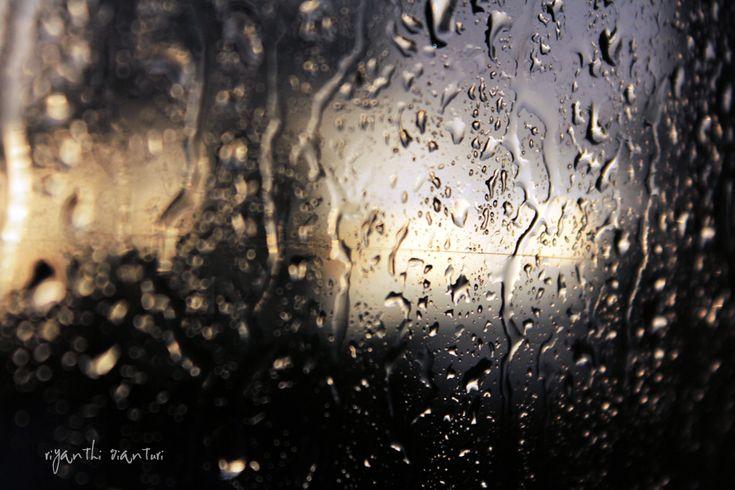 """"""" No więc jesteśmy na wakacjach. Mieszkamy w pensjonacie, obok jest plaża i morze, i jest strasznie fajnie, tylko że dzisiaj pada deszcz, do chrzanu z taką pogodą, no bo co w końcu kurczę blade. Najgorsze, że jak pada deszcz, to dorośli nie mogą sobie z nami poradzić..."""" Źródło: Sempe i Gościnny, """"Wakacje Mikołajka""""  http://on.fb.me/1KONFFL"""