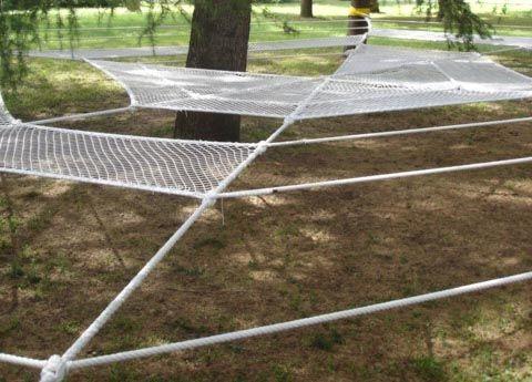 Denominada Slacklines Installation, se encuentra en el Parque de Villamanin, en Italia.     Se realizo en 2005 por es estudio Cliostraat, ...
