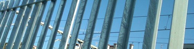Como son las verjas de hierro, verjas con barrotes o tubos. Vallas de aplicación instalaciones industriales, deportivas, residenciales y se seguridad. www.vinuesavallasycercados.com