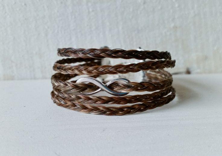 Armband Allegria,  Deze armband bestaat uit 5 vlechten en vormen samen een brede armband. In het midden van metaal een Infinity teken.  http://www.yomesieraden.nl/sieraden-van-paardenhaar/armbanden/armband-allegria.html