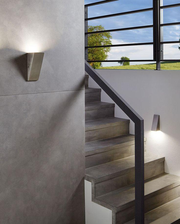 Eglo står bak denne funksjonible vegglampen som du kan montere slik at den enten lyser opp eller ned. Denne typen lamper passer meget godt å bruke litt lavt på veggen i en trapp. Zamorana er produsert av rustfritt stål og leveres med utskiftbare LED pærer. Lampen kommer i to størrelser.