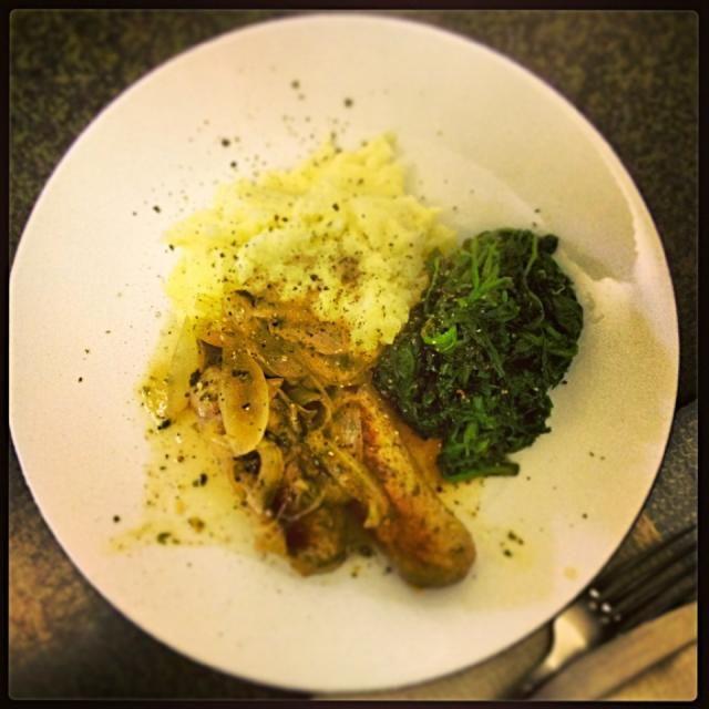 久しぶりに作った。 - 4件のもぐもぐ - British bangers and mash, Sauté spinach, ソーセージの玉ねぎ白ワイン煮込み、チーズ入りマッシュポテト、ほうれん草炒め by ずきみく