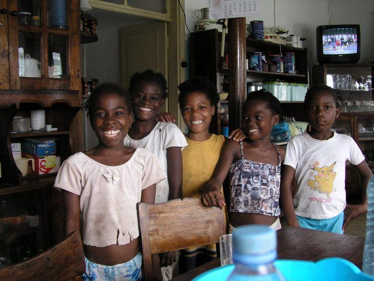 Crianças em São Tomé e Príncipe ◆Sao Tomé-et-Principe — Wikipédia https://fr.wikipedia.org/wiki/Sao_Tom%C3%A9-et-Principe #Sao_Tome_and_Principe
