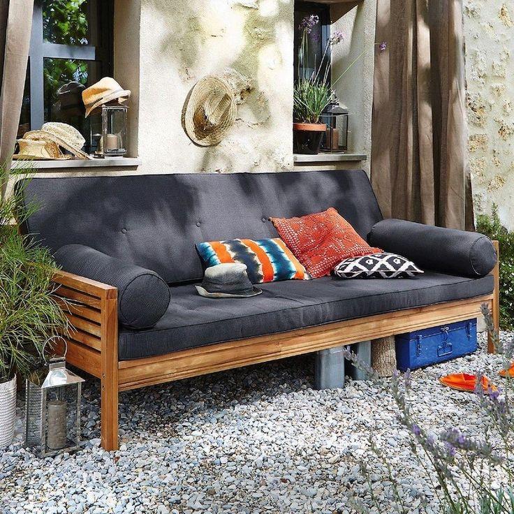 Les 10 essentiels pour décorer son extérieur avec style : matelas, pots suspensdus, salon, tapis, fontaines à boissons... seront vos meilleurs alliés.