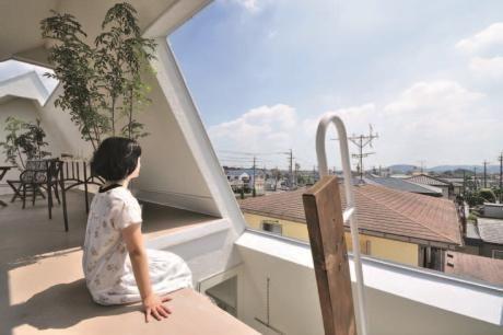 斜屋頂 創造新鮮有趣的半戶外空間