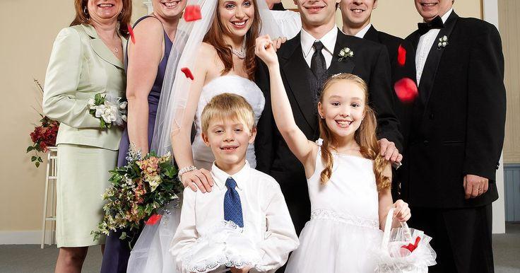Como fazer com que pétalas de rosas caiam do teto durante um casamento. Uma chuva de pétalas de rosas em sua cerimônia de casamento dará um toque romântico para o seu dia especial, mas primeiro é preciso verificar se o seu local de casamento permitiria essa preparação. Alguns locais têm regras contra o uso de pétalas de flores espalhadas ou de itens anexados ao teto. Para criar uma chuva de pétalas de rosas, você ...