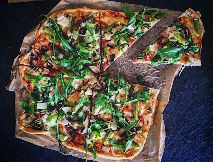 Frühlingsfrische italienische Pizza mit grünem Spargel - Ein Häppchen Liebe