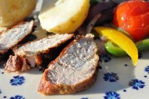 Grillet svinefilet, ovnbagte grøntsager og nye kartofler