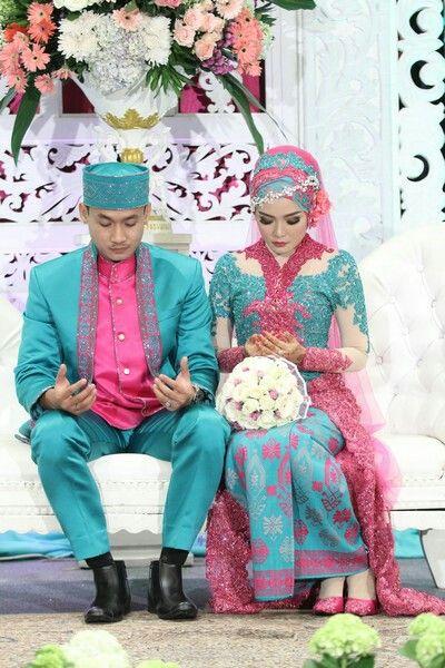 Pray together #hijabwedding #kebaya #Indonesianwedding