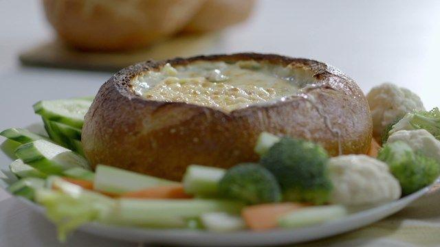 Trempette chaude dans un bol de pain | Cuisine futée, parents pressés