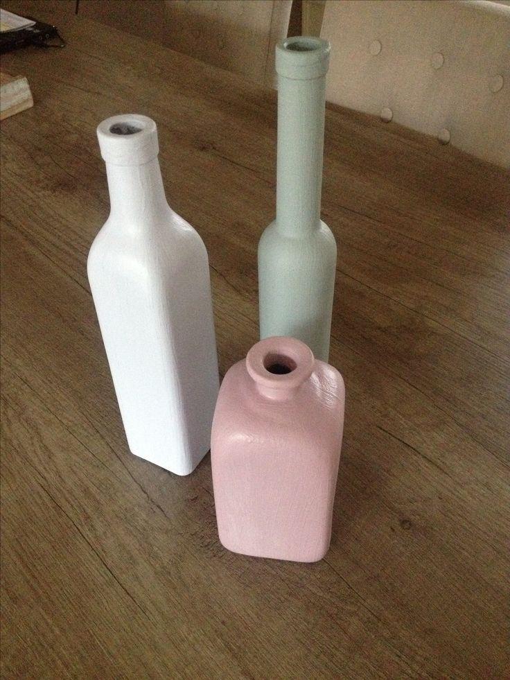 Oude flessen bijv: olijfolie flessen. Verven met Hobby verf van de action.