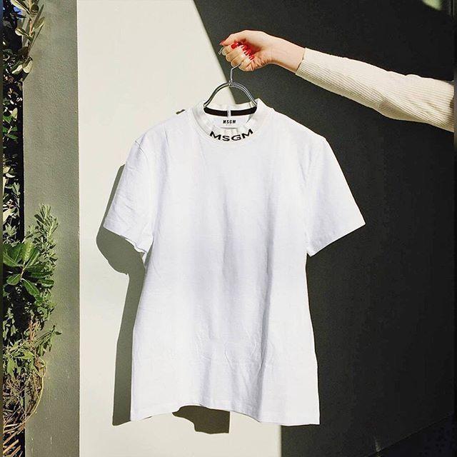 #ELLEfashion エルエディターが私的に夢中になっているものをリアルな目線でお伝えするエルオンラインのデイリー連載OKINIアシスタント ファッション エディターCHISATOはひと目惚れしたエムエスジーエムのTシャツを季節先取りでゲット 今シーズンの空前のロゴドンブームから春夏もまだまだやんちゃにロゴを着たい気分真っ白な生地に控えめのロゴハイネックになったディテールまで何もかもがツボな一枚は即買いでした春になるのが待ちきれずニットの下にレイヤードして着たりとこちらはもう活躍中ネック部分のロゴがちらっと見えて可愛いんです(CHISATO) #elleonline #ellejapan #elle #fashion #ファッション #MSGM #Tshirts #Tシャツ #エルエディター私物  via ELLE JAPAN MAGAZINE OFFICIAL INSTAGRAM - Fashion Campaigns  Haute Couture  Advertising  Editorial Photography  Magazine Cover Designs…