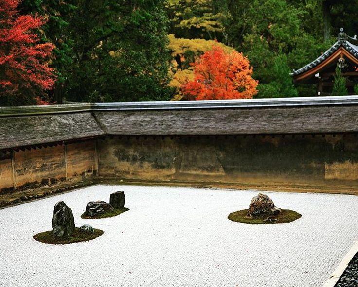 Сад камней в храме Рёан-дзи осенью, Киото, Япония, 2011г.  Карэсансуй (яп.) или Сухой сад - мы знаем его как сад камней был построен, как считается в 1499 году мастером Соами. Небольшая площадка (30 на 10м), засыпана белым гравием. Гравий «расчесан» граблями на тонкие бороздки и символизирует собой воду. Взгляд должен скользить по бороздкам при медитации. На площадке расположено 15 черных необработанных камней, они организованы в пять групп. Вокруг каждой группы, как обрамление, посажен…