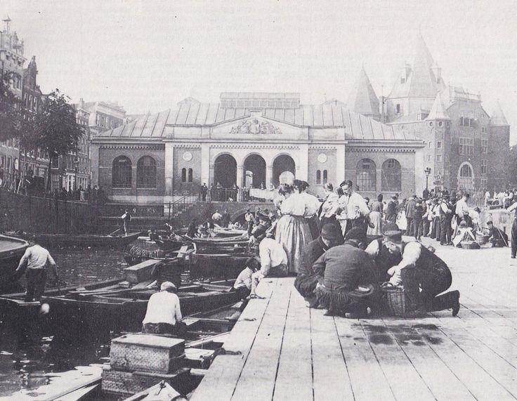 Handel aan de andere kant van de Waag, van 1840 tot 1901 was op de Geldersekade de Zeevismarkt De markt op de achtergrond was er van 1862 tot 1938 en kwam na 1901 voor andere doeleinden in gebruik. Foto van Holtzapffel.