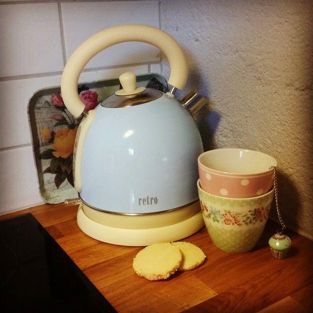 Får kanske bli lite te ikväll me brysselkexen jag bakade här om dagen. Måste ju prova nya vattenkokaren  Är så löjligt glad i den!  #retro #vattenkokare #greengate #greengateofficial #clasohlson #cupcake #öob #pastellfärger #pasteller #pastellover #pastellove #rosa #pink #mintgreen  #babyblå #brysselkex #detaljer #kök #köksdetaljer #köksinredning #köksinspiration #kitchen #mitthem #hemmahosmig #öregrund #teknikproffset