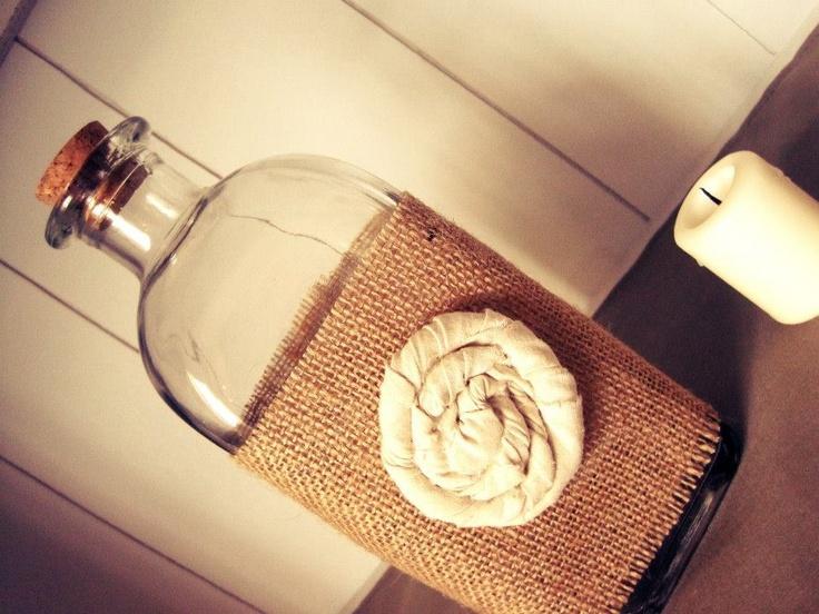 Decorated glass bottle with burlap   Botella decorada con tela de saco https://m.facebook.com/DecorandoConEncanto?__user=708135387