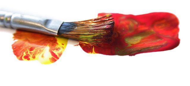 Cómo limpiar brochas y pinceles de pintura al óleo o al agua (como acrílico o acuarela) con disolventes, jabón o agua con suavizante.