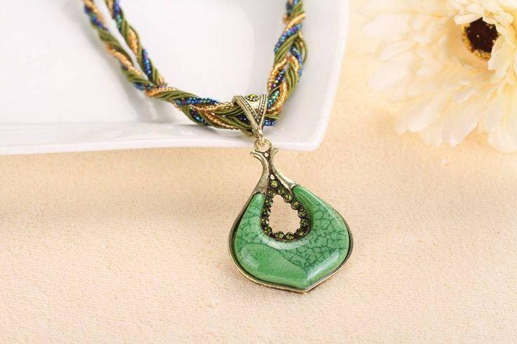 Halsketting groene kleur hanger versierd met kleine kristalen