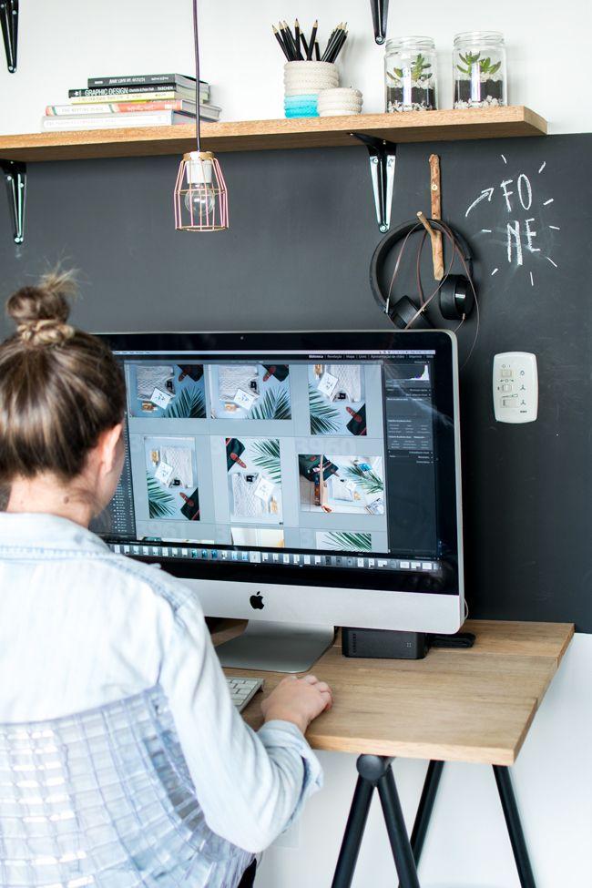 Mesa com tampo de madeira e cavaletes pretos + iMac + mural de lousa + prateleira de madeira #decor #office