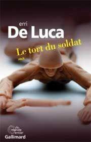 C'est à Erri De Luca, 64 ans, que l'on doit Montedidio(prix Fémina étranger 2002), Noyau d'olive, Le jour avant le bonheur... Ecrivain, alpiniste, ouvrier, militant d'extrême gauche, traducteur de textes yiddish, l'homme a eu plusieurs vies qui nourrissent ses romans. Qu'y a-t-il derrière ce titre Le tort du soldat ?http://www.franceinfo.fr/culture-medias/le-choix-culture/le-tort-du-soldat-de-erri-de-luca-1373227-2014-04-04 #franceinfo