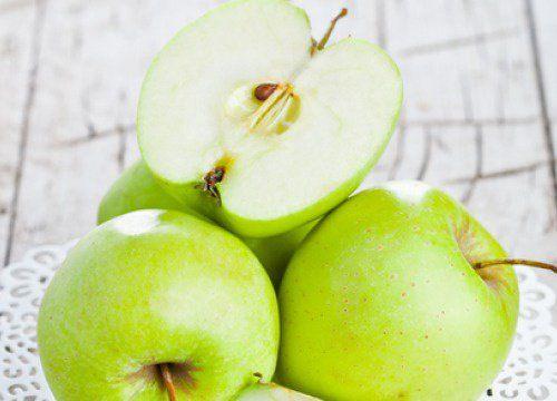 """Beneficios de la manzana verde en ayunas Seguramente has escuchado el dicho de """"una manzana al día mantiene lejos al doctor"""" y esto es cierto con las manzanas verdes."""