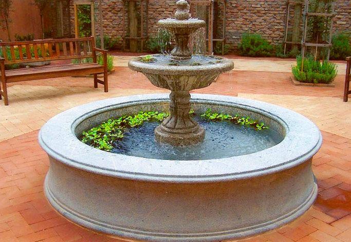 Fonte de centro em jardim de Roberto Migotto.  Fotografia:  http://pedrasabao.com.br