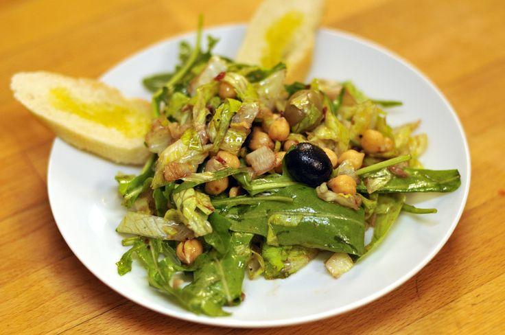 Chutný, pikantní a zdravý, takový je středomořský salát s cizrnou.  Více o receptu se dozvíte zde: https://www.facebook.com/ZdraveHubnuti/posts/747783891898721 Potřebujete zhubnout? Nyní konzultace s nutričním odborníkem za 200 Kč. Stačí kliknout: http://www.dietaprovas.cz/?utm_source=pinterest