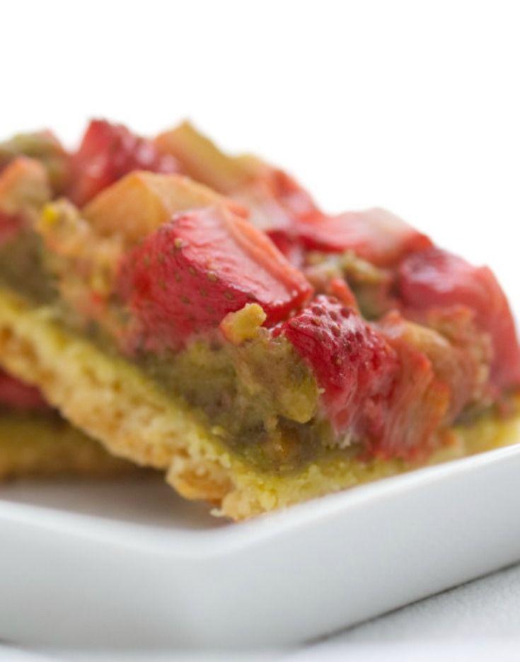Délicieux et facile à réaliser, ces carrés fraises rhubarbe se composent d'une pâte sablée, d'une crème de pistache et de fruits bien juteux. via @https://www.pinterest.com/nathaliebakes/