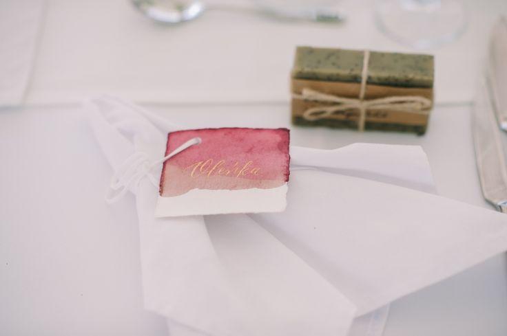 Bride's #nametag #handwritten #gold #inkdipped #handpainted #bespoke #calligraphy #bespokeevents #deersphotos #blagaevents
