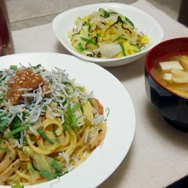 久々にパスタで晩ごはん~✨  油の代わりにカロリーハーフのマーガリン使い、 ニンニク&めんつゆ&酢で味付け~♪  食感のアクセントに、 大根の葉っぱ入れたの大正解~(。-∀-)ニヤ♪♪  今日も肉ゼロ~(。-∀-)ニヤ♪ - 83件のもぐもぐ - 梅シソしらすパスタ&白菜と塩昆布サラダ&生姜入り味噌汁の晩ごはん✨ by kazkon3