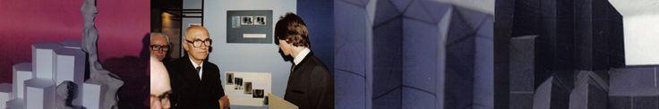 """Wettbewerb """"Moderne Kachelöfen 1984"""" Kachelsystem aus Dreieck, Trapez, Rechteck. Präsentation der Preisträger im MAK, Bundespräsident Rudolf Kirchschläger, Jürgen Rajh anlässlich der Preisverleihung."""