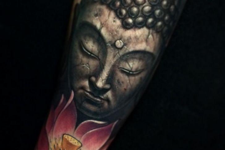 Lo deportan por tener un tatuaje de Buda en la pierna