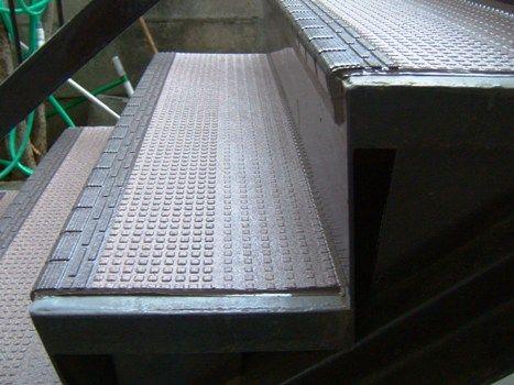 外階段に滑り止めの工事です :: タカミ住建ブログ DSCF0236.JPG
