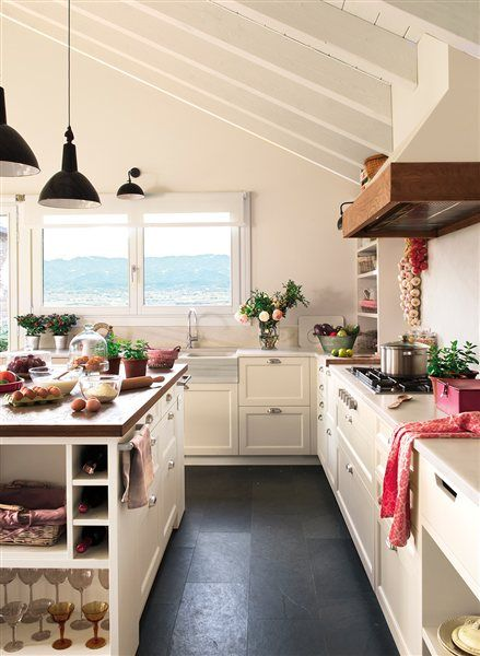 Cocina en tonos blancos con l mparas tipo industrial for Kitchen 6 yelahanka