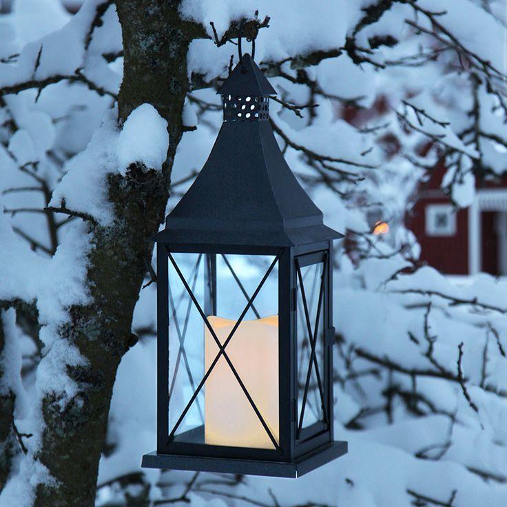 LED Lanterne med vokslys i sort utførelse fra Star Trading.