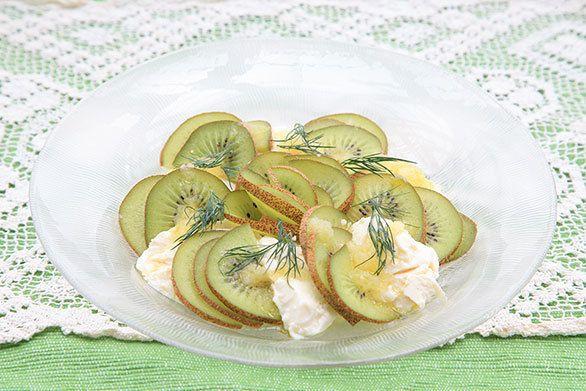 水切り豆腐がまるでチーズ! ビタミンCがいっぱいのキウイのサラダ|・おぼろ豆腐:150~200g  ・キウイ:150g(小さいものなら2個、大きい物なら1個程度)  ・ディル:適量  ・エキストラバージンオリーブオイル:大さじ1+1/2  ・ホワイトバルサミコ酢またはレモン果汁:小さじ1~  ・玉ねぎ:30g  ・自然塩:小さじ1/4  ・甜菜糖:適宜