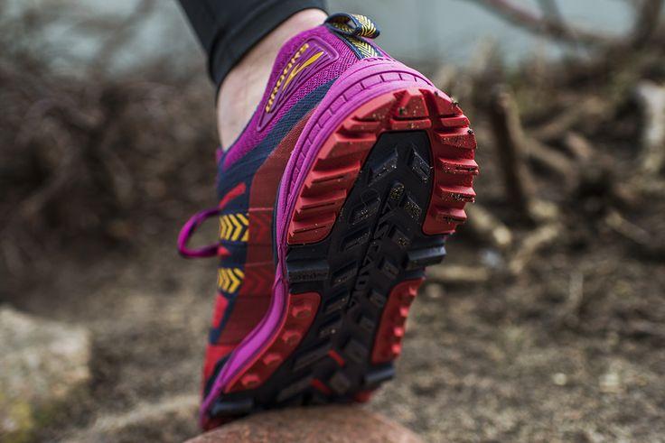 Brooks Cascadia uznawane są za najbardziej wszechstronne buty terenowe. Co nowego? 12 edycja dzięki elastycznej podeszwie zyskuje na dynamice 🏃 Zmianie uległ także bieżnik poprawiając przyczepność na szlakach, a cholewka wzmocniona została w newralgicznych miejscach. 🌲