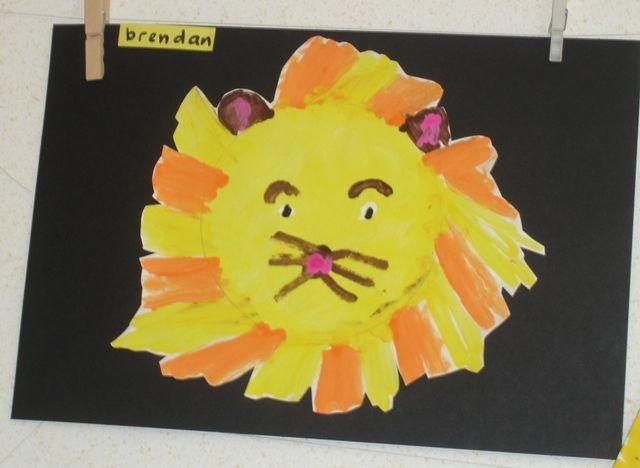 * De kinderen verven een leeuw. Het enige wat de kinderen aangereikt wordt zijn de kleuren verf en een wit blad met daarop een cirkel getekend...
